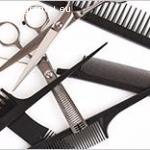 Vyrų, moterų profesionali kirpėja kerpa, šukuoja, dažo plaukus.